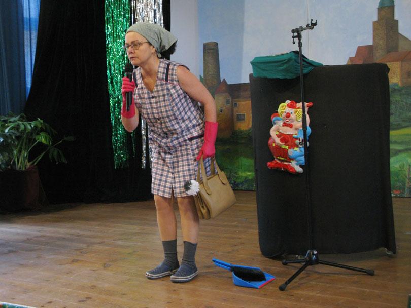 Christine als Putzfrau Berta